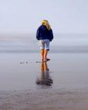 Ragazza sulla spiaggia con la riflessione in sabbia bagnata Fotografie Stock Libere da Diritti