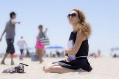 Ragazza sulla spiaggia con un taccuino Fotografia Stock Libera da Diritti