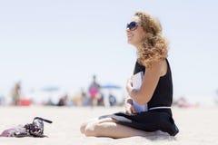 Ragazza sulla spiaggia con un taccuino Fotografia Stock