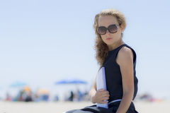Ragazza sulla spiaggia con un taccuino Fotografie Stock