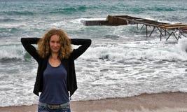 Ragazza sulla spiaggia di Budva fotografia stock libera da diritti