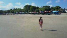 Ragazza sulla spiaggia Ocena Bali Siluetta dell'uomo Cowering di affari stock footage