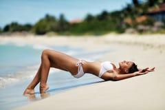 Ragazza sulla spiaggia in un costume da bagno Immagini Stock
