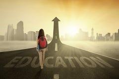 Ragazza sulla strada principale con il testo di istruzione Fotografia Stock