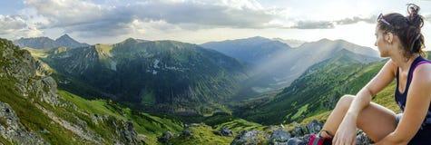 Ragazza sulle montagne fotografie stock libere da diritti
