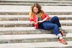 Ragazza sulle scale Fotografie Stock Libere da Diritti