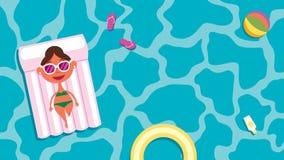 Ragazza sulle vacanze estive che si abbronza sulla zattera dello stagno Immagini Stock