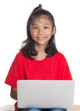 Ragazza sullo strato con il computer portatile II Fotografie Stock Libere da Diritti