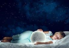 Ragazza in suo pianeta della luna e del letto Fotografia Stock