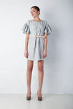 Ragazza sveglia alla moda in vestito blu che si leva in piedi nello studio immagini stock libere da diritti