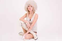 Ragazza sveglia in cappello simile a pelliccia Immagini Stock