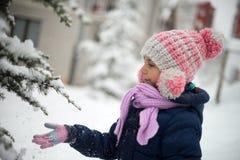 Ragazza sveglia che gioca con la neve Fotografie Stock