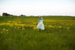 Ragazza sveglia che gioca in un campo Fotografia Stock