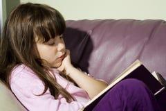 Ragazza sveglia che legge un libro Immagine Stock Libera da Diritti