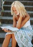 Ragazza sveglia che legge un libro Immagine Stock
