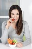 Ragazza sveglia che mangia alimento sano Fotografia Stock Libera da Diritti