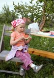 Ragazza sveglia che mangia anguria Immagine Stock