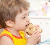 Ragazza sveglia che mangia pancake Fotografia Stock Libera da Diritti