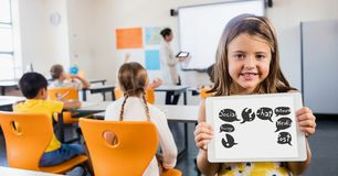 Ragazza sveglia che mostra i simboli sul computer della compressa nell'aula Immagini Stock Libere da Diritti
