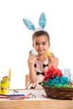 Ragazza sveglia che mostra le uova di Pasqua Fotografia Stock Libera da Diritti