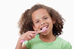 Ragazza sveglia che pulisce i suoi denti Fotografia Stock Libera da Diritti