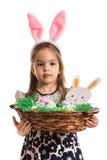 Ragazza sveglia che tiene il canestro di Pasqua Immagine Stock