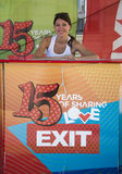 Ragazza sveglia che vende i biglietti per il festival 2015 dell'USCITA nel centro urbano Fotografia Stock Libera da Diritti