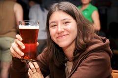 Ragazza sveglia con birra fotografie stock libere da diritti