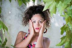 Ragazza sveglia con i capelli ricci ed i bei occhi verdi Fotografia Stock