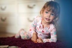 Ragazza sveglia con i grandi occhi azzurri fotografie stock