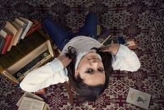 Ragazza sveglia con i libri Immagine Stock