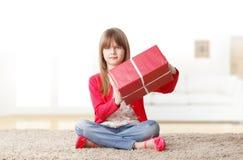 Ragazza sveglia con il contenitore di regalo Immagine Stock Libera da Diritti