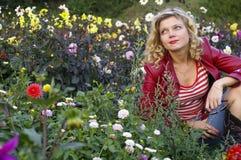Ragazza sveglia con il fiore splendido della dalia fotografia stock libera da diritti