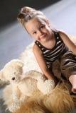 Ragazza sveglia con l'orso di orsacchiotto   Fotografia Stock