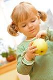 Ragazza sveglia con la mela Fotografia Stock Libera da Diritti