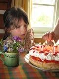 Ragazza sveglia con la torta di compleanno Fotografia Stock
