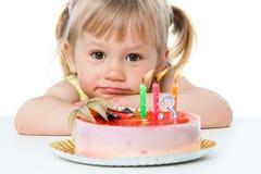 Ragazza sveglia con la torta di compleanno. Fotografie Stock
