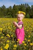Ragazza sveglia in corona del fiore Fotografie Stock Libere da Diritti