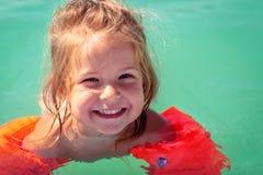 Ragazza sveglia dei bambini che gode delle vacanze estive alla cacca di nuoto immagine stock