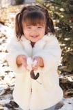 Ragazza sveglia del bambino che gioca con la neve Fotografia Stock