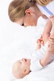 Ragazza sveglia del bambino che prende esercizio. Fotografia Stock