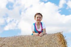 Ragazza sveglia del bambino in costume bavarese tradizionale nel giacimento di grano Fotografia Stock Libera da Diritti