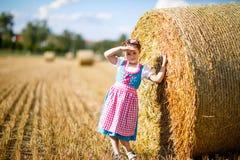 Ragazza sveglia del bambino in costume bavarese tradizionale nel giacimento di grano Fotografia Stock