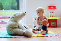 Ragazza sveglia del bambino in età prescolare che gioca al dottore gioco con i suoi giocattoli Immagine Stock Libera da Diritti