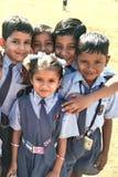 Ragazza sveglia della scuola che guarda gli studenti molto svegli Fotografie Stock Libere da Diritti