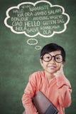 Ragazza sveglia della scuola che pensa lingua straniera Fotografie Stock
