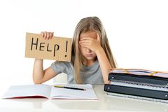 Ragazza sveglia della scuola dei capelli biondi che tiene un aiuto per firmare dentro un concetto di istruzione Fotografia Stock
