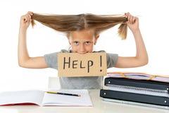 Ragazza sveglia della scuola dei capelli biondi che tiene un aiuto per firmare dentro un concetto di istruzione Fotografia Stock Libera da Diritti