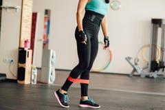 Ragazza sveglia di misura che fa gli esercizi di gamba Fotografie Stock