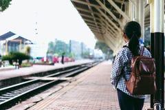 Ragazza sveglia nella stazione ferroviaria che aspetta per viaggiare Vacanza estiva Immagini Stock Libere da Diritti